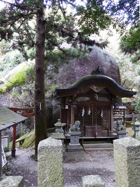 磐船神社 拝殿と「天の磐船(あめのいわふね)」(御神体の巨岩です)