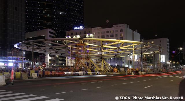 Place Rogier - Perspectives d'avenir - Installation de l'auvent surplombant la place et le patio-atrium donnant accès à la station de Métro - Chantier juillet-août 2015 - Bruxelles-Bruxellons