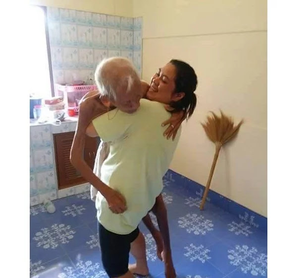 TOUCHING STORY: Woman Did This to Her Father and Touched the Hearts of Netizens!