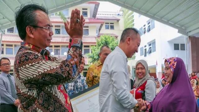 Bagikan Bantuan PKH di Tangerang, Kemensos: Siapa Presiden Kita?