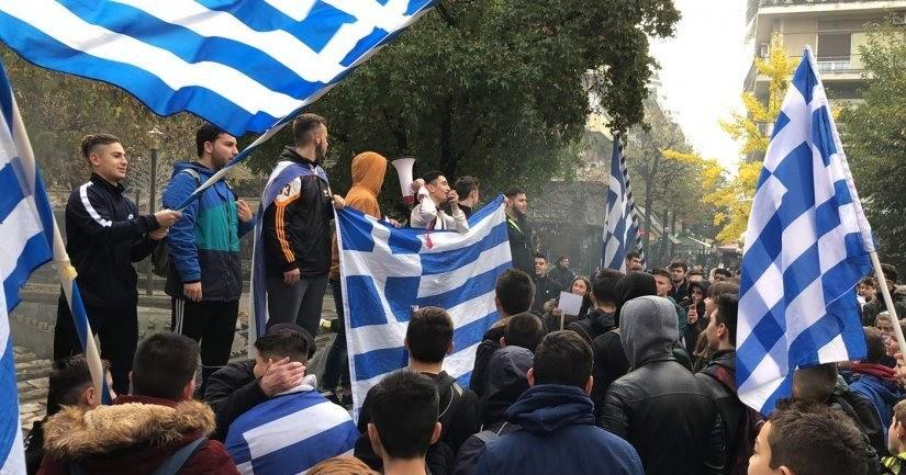 Μαθητής ΣΥΝΤΡΙΒΕΙ τους ΠΡΟΔΟΤΕΣ: «Είστε μια χούφτα νοματαίοι και θέλετε να επιβάλλετε την άποψή σας για τη συμφωνία των Πρεσπών στην συντριπτική πλειοψηφία του ελληνικού λαού. Και λέτε εμάς φασίστες