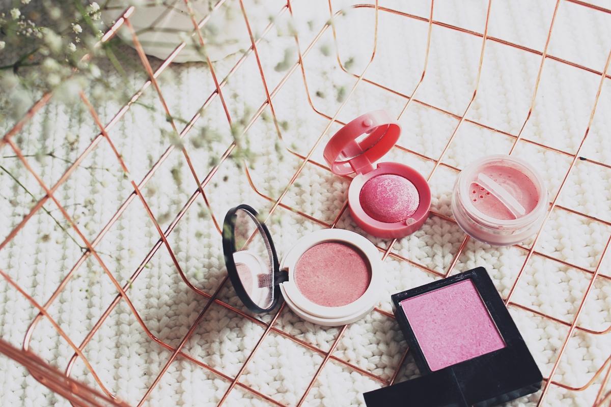 Lily Lolo róż sypki Ooh La La Lily Lolo róż prasowany In the Pink Bourjois róż wypiekany 34 Rose D'Or Maybelline róż prasowany Face Studio 70 Rose Madisson