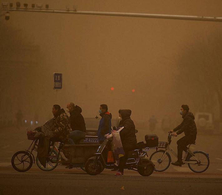 Poeira e poluição afogam os habitantes de Pequim. Foto divulgada em 15.03.2021