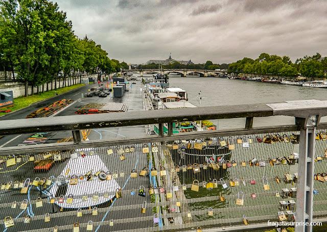 Paris: cadeados dos namorados na Passarelle de Solférino, no Rio Sena