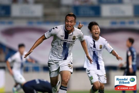 "Kim Shin-wook celebrates his ""stunner"" to give Jeonbuk Hyundai Motors the lead over Incheon United  (Photo Credit: KLeague.com)"