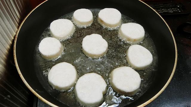 フライパンに油を中火で中温に温めてから長いもを揚げ焼きにする