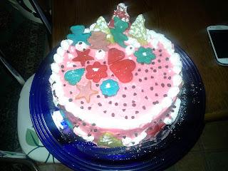 Üzeri kurabiyelerle süslenmiş , yumuşacık keki ve renkli görüntüsüyle hem gözünüze, hem damağınıza hitap edebilecek yaş pasta
