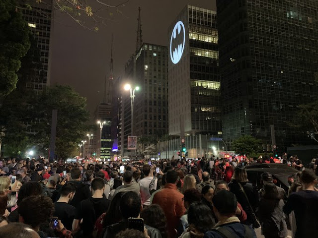 Batman na Av. Paulista - Logo histórico foi projetado no sábado (21)