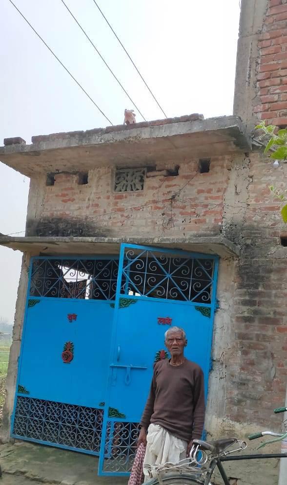 छत पर लटक रहे बिजली तार से वृद्ध परेशान, काट रहा सरकारी दफ्तर का चक्कर