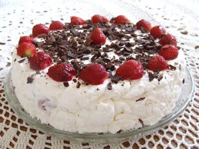 Tort lodowy z truskawkami