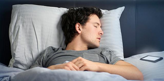 bahaya tidur dekat ponsel hp