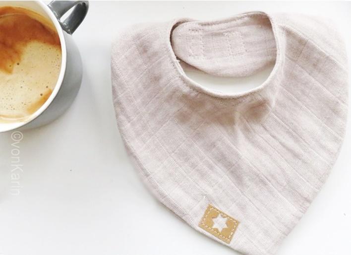 Musselin Babylatz mit Snappap Etikett - Ausschnitt Kaffeetasse