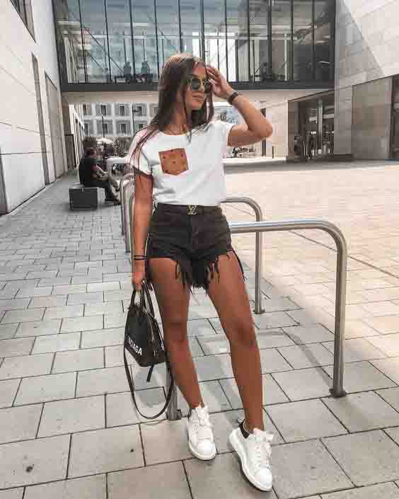Short preto, tshirt branca e tênis