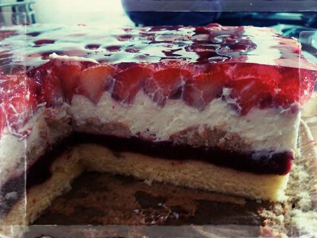 ciasto z truskawkami biszkopt z truskawkami ciasto z musem truskawkowym ciasto z bita smietana