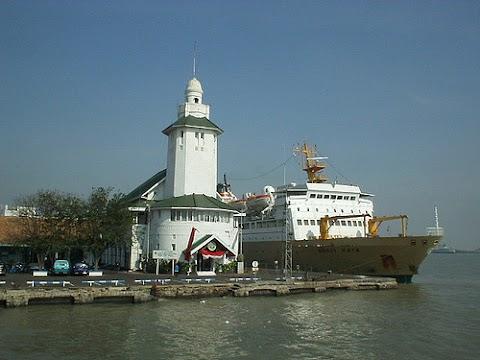 Meneropong Sisi Historis Lain Kota Surabaya dari Atas Menara Gedung Kesyahbandaran Tanjung Perak