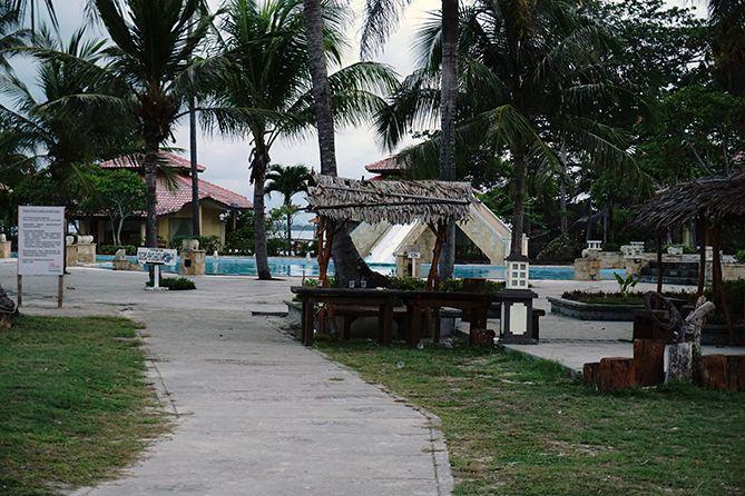 Jalan kecil menuju Pantai Parai Tenggiri