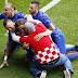Besito A Modric; Hincha Croata Se Mete A Celebración del Gol.
