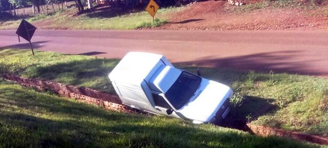 Roncador: Motorista perde direção e cai em canaleta
