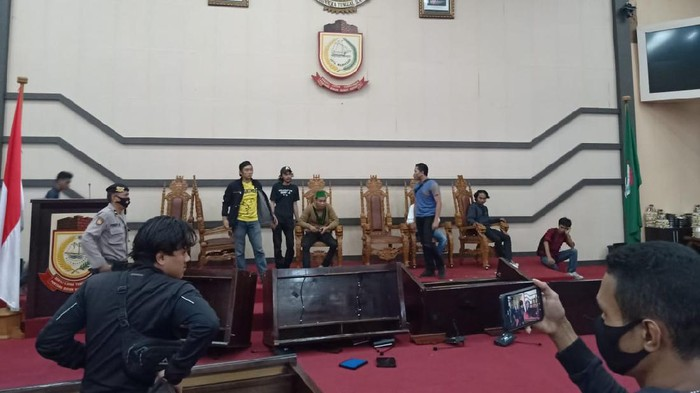 Kecewa! Mahasiswa Serbu Gedung DPRD Makassar, Duduki Kursi Pimpinan Hingga Banting Meja