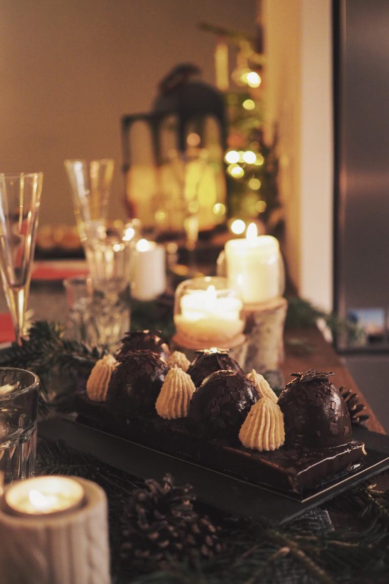 Bûche de Noël pour un dîner de fêtes de fin d'année entre amis