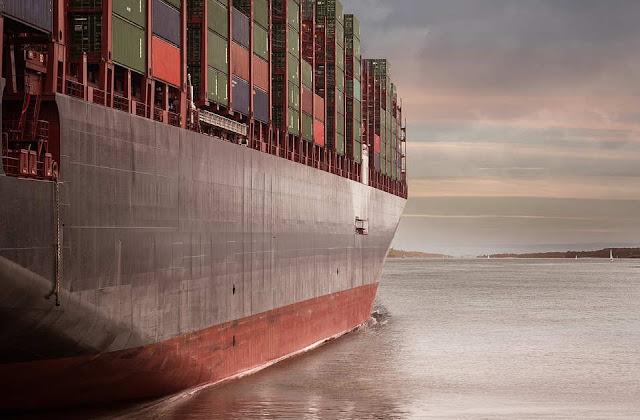 Contenedores navegando en barco de carga - Foto de klienphoto en pixabay