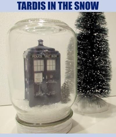 8. Diorama tardis di musim dingin. Tardis adalah mesin waktu yang muncul dalam karya fiksi Doctor Who.
