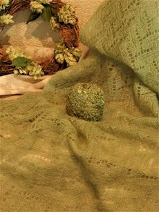 Handgebreide  licht groene (bruids)shawl,