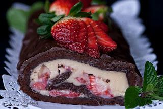 Brazo de Gitano de Chocolate Relleno de Crema Pastelera y Fresones