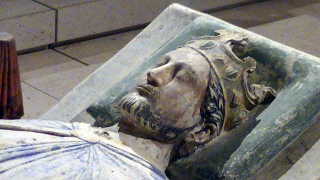 تمثال لريتشارد الأول في دير فونتفرود في أنجو