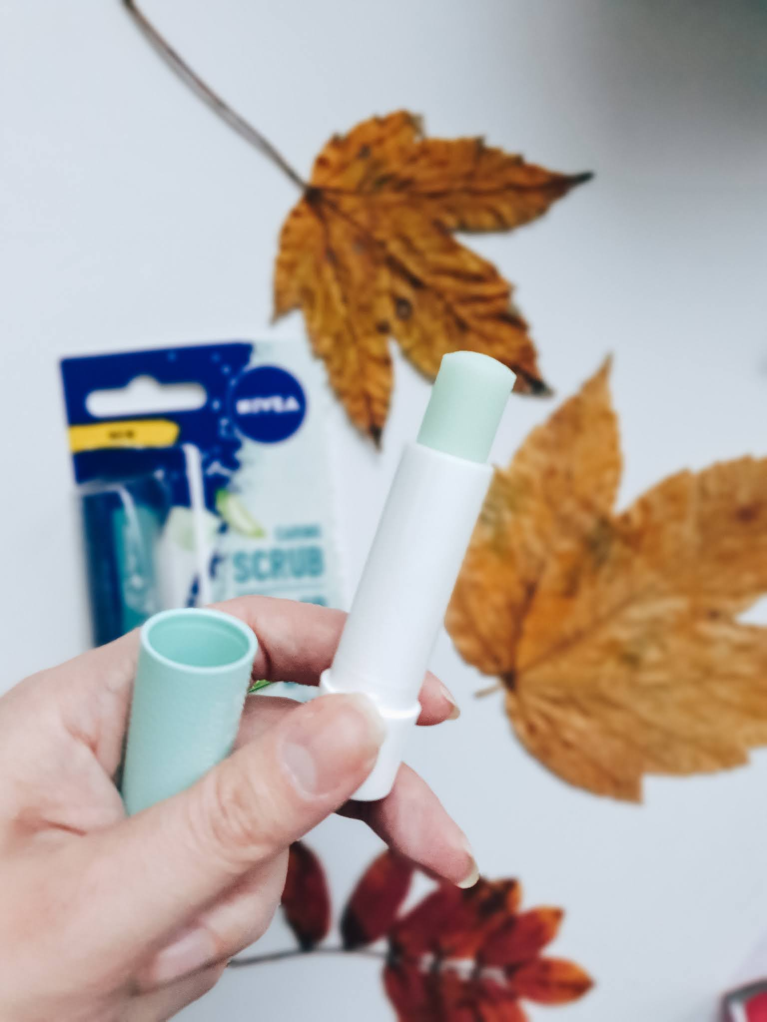 Nivea Caring Scrub Super Soft Lips - pielęgnujący peeling/pomadka do ust