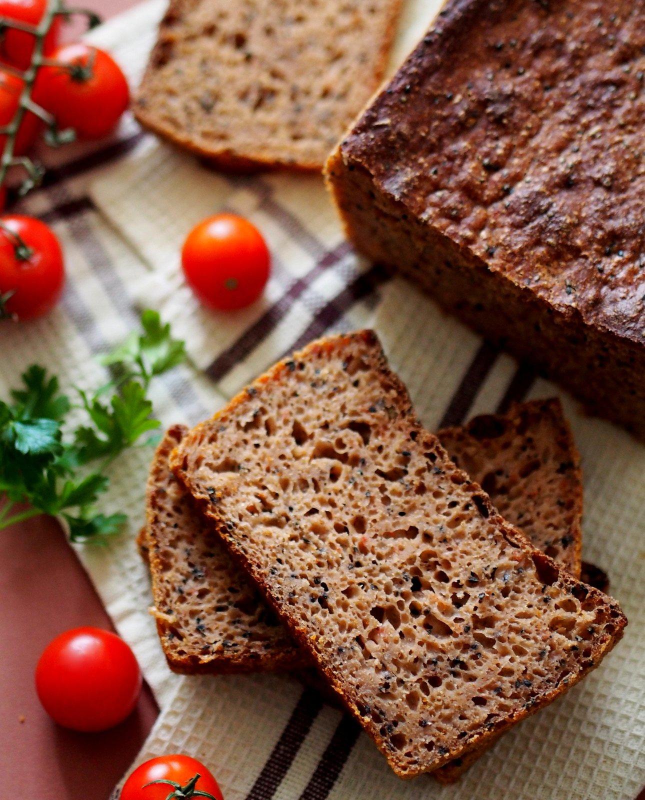 Chleb pszenny z pomidorami, jabłkiem i czarnym sezamem. Wypiekanie na śniadanie