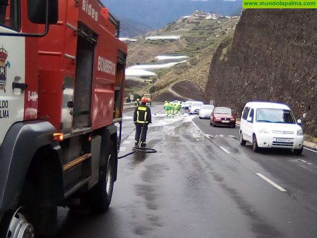Los bomberos colaboran en la limpieza de un derrame de 600 m en Argual