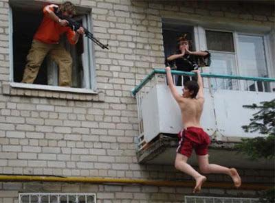 Mann beim betrügen erwischt lustig - Menschen mit Waffen