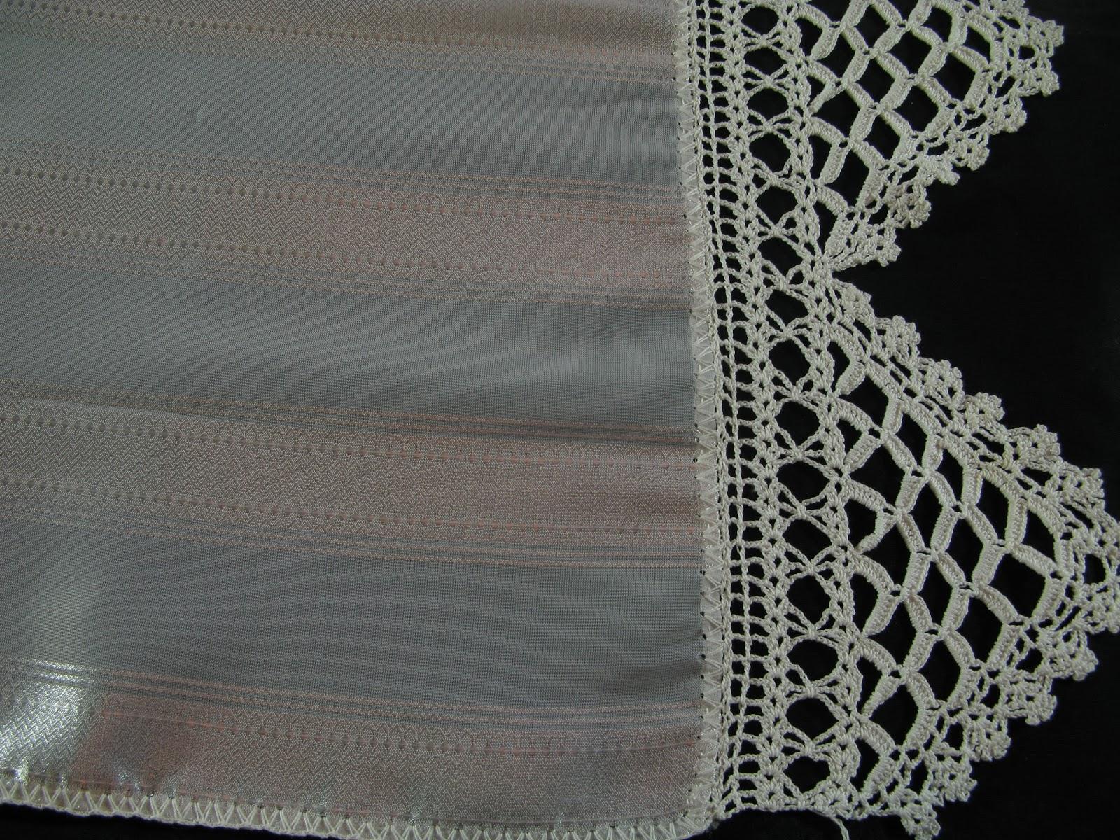5e2c5a32c40e Η πετσέτα αυτή έχει πλεχτεί γύρω γύρω με το βελονάκι για να μην ξεφτίσει.  Στις δυο στενές άκρες της υπάρχει αυή η τριγωνική δαντέλα η οποία είναι  πολύ ...