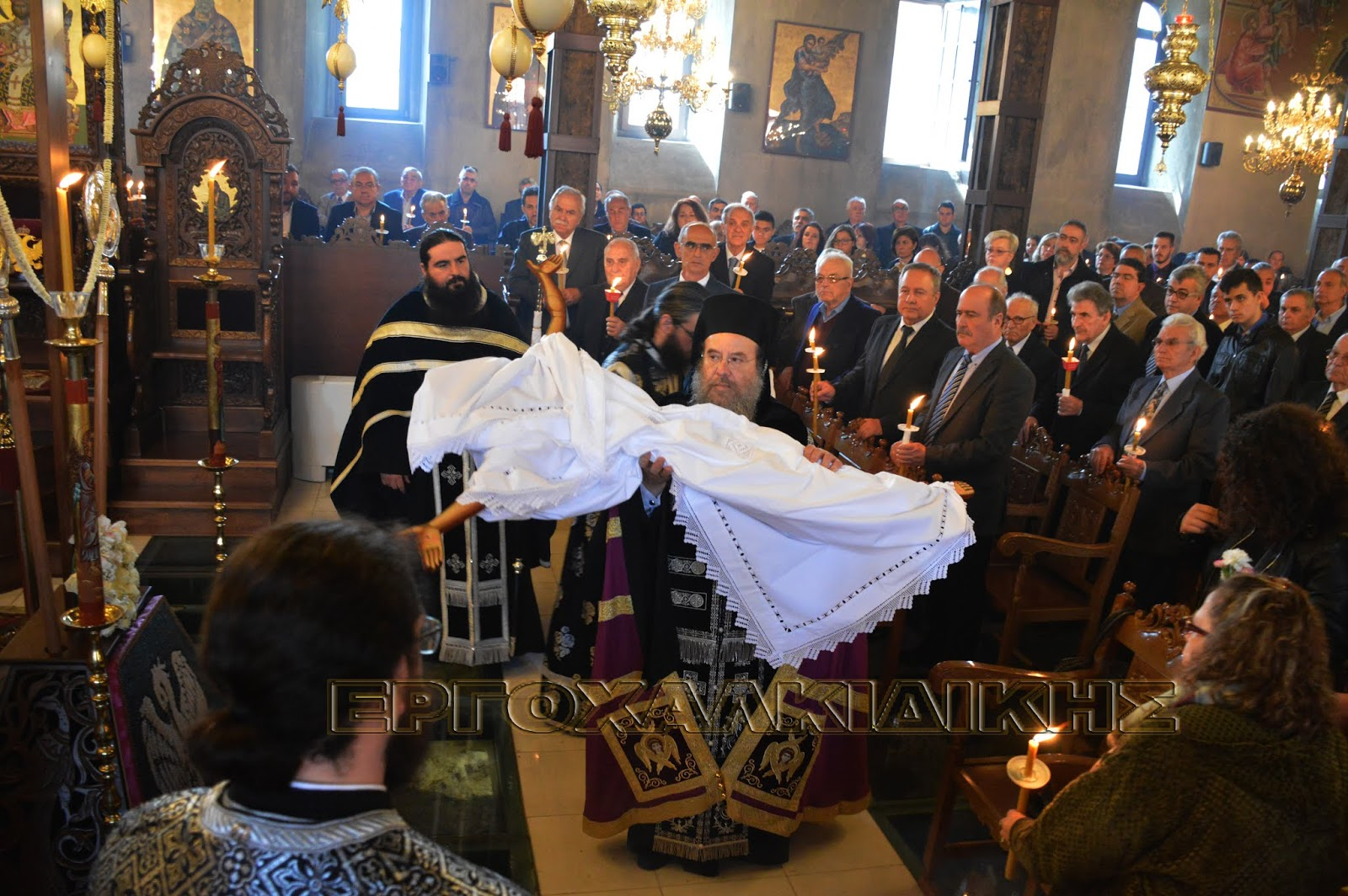Μεγάλη Παρασκευή – Η αποκαθήλωση του Εσταυρωμένου στην Αρναία (βίντεο φώτο)