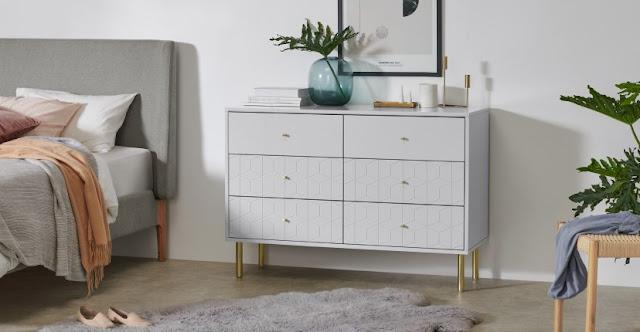 Biała szafa z szufladami do sypialni