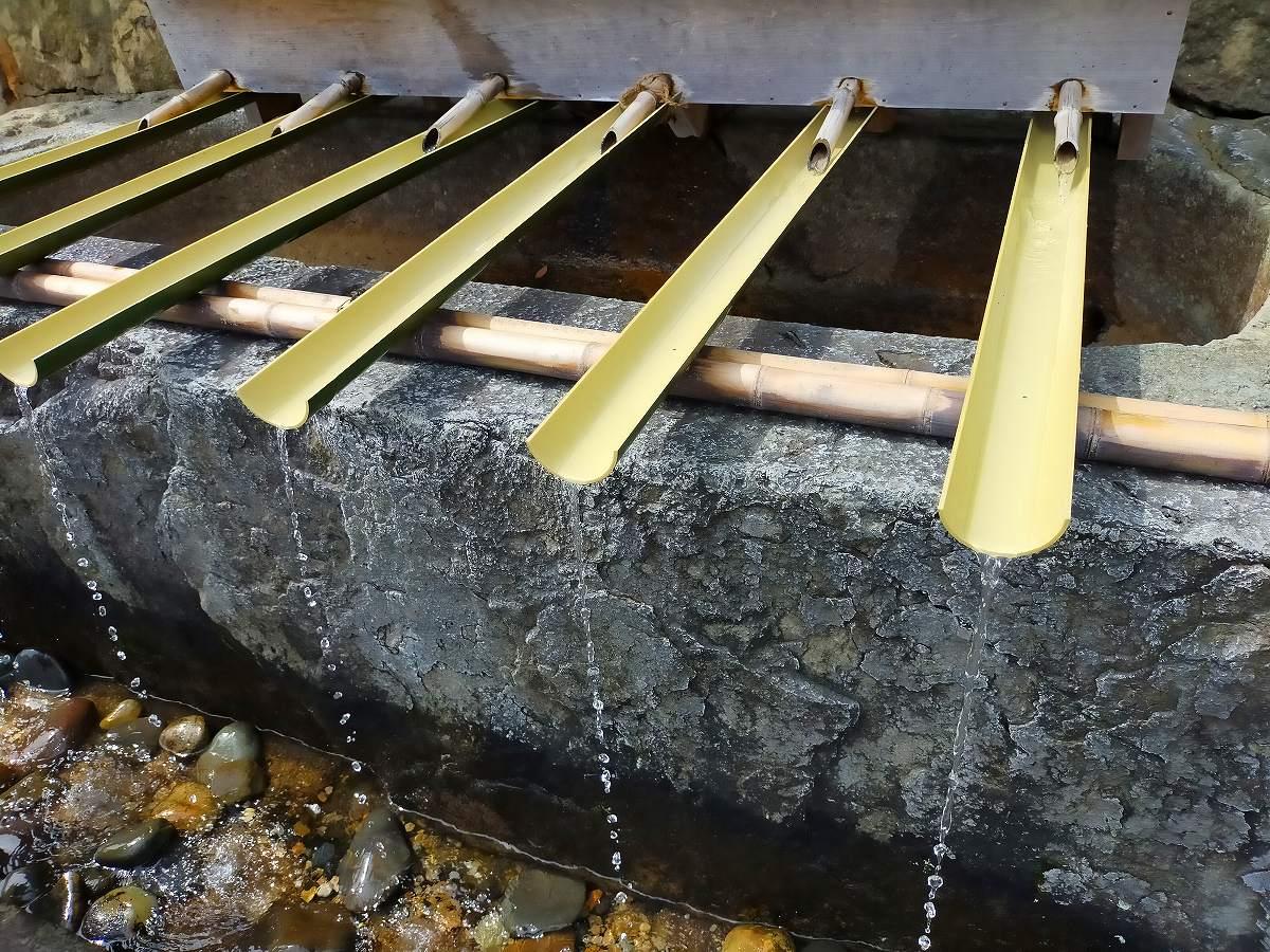 お手水。竹で水を流しています。