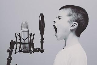 Bernyanyi / karaoke untuk menjaga mood