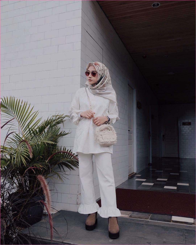 Outfit Baju Hijab Casual Untuk Kuliah Ala Selebgram 2018 mangset top blouse jeans pallazo cullote putih square hijab bermotif bunga krem muda sling bags berbulu babby pink jam tangan kotak high heels wedges boots coklat tua gaya casual kain sutra rayon katun outfit 2018 kacamata ootd