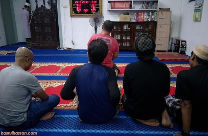 Sholat di Masjid Kg Kuala Tahan
