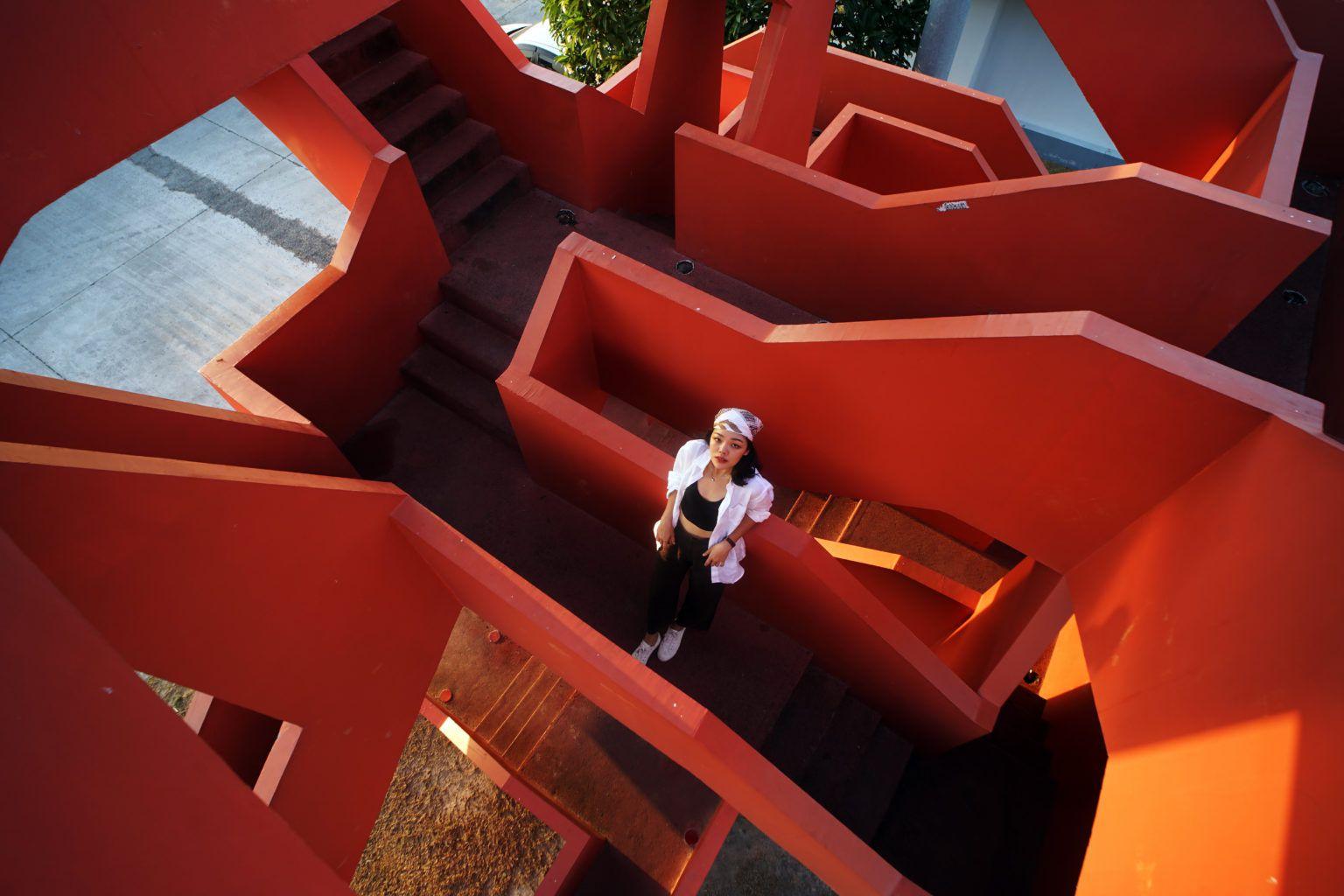 Портрет девушки в архитектурном окружении