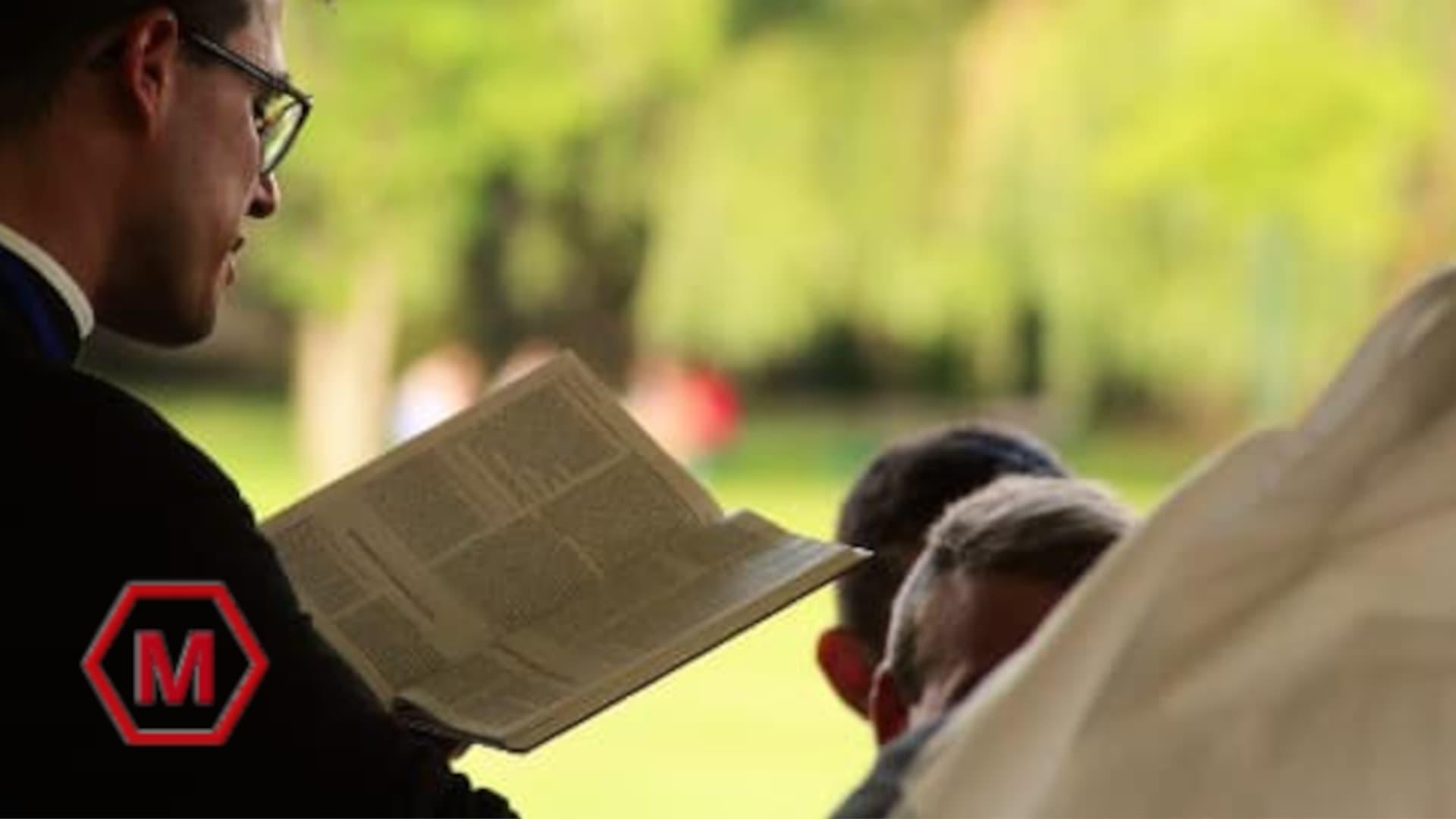 A imagem mostra um pregador lendo a bíblia e pregando a palavra de Deus.