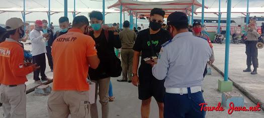 petugas memeriksa identitas para wisatawan yang mengikuti open trip pulau harapan