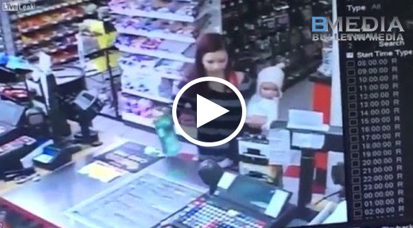 Awek yang pegang bayi ni tiba-tiba pengsan, nasib baik tangan pekerja ni cepat, sempat tangkap bayi tu daripada terjatuh ke lantai!!