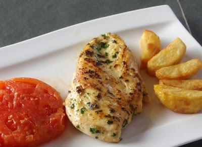 Pechuga de pollo adobada con patatas y tomate