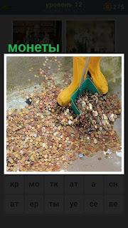 собирают монеты разбросанные на полу совком