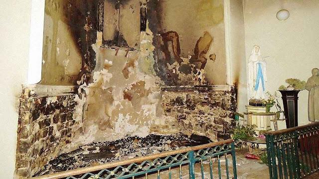 Interior da igreja de Saint-Louis de Fontainebleau devastado pelas chamas.