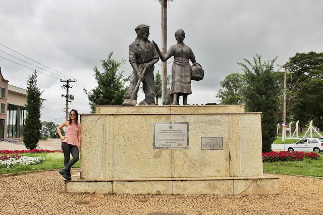 Duas estátuas no Memorial do Imigrante, em Holambra, São Paulo.