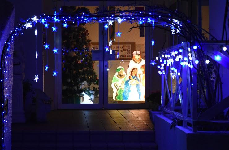 玄関の中に飾られた聖者のイルミネーション