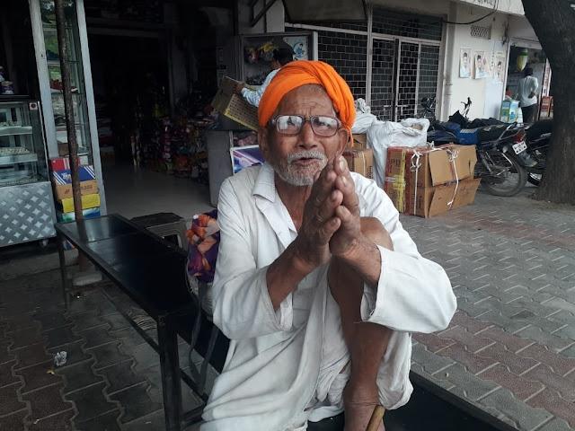एक साल से मंदिरों में रात गुजार रहा ये वृद्ध, जानिए इसके पीछे की सच्चाई...
